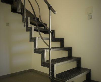 Kovové schodiště s kovaným zábradlím